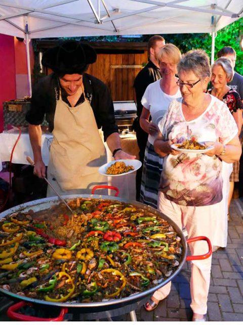 Leckere Paella und fantastisches Show kochen.
